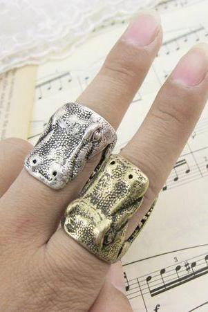 Retro stereo alligator head ring